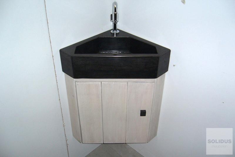 Toiletfonteinen van beton_1hoek fontein met kast eikenhout